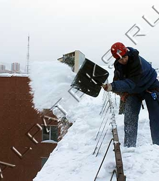Работа по очистке крыш от снега